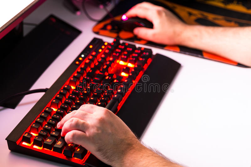 Equipaggi il gioco del gioco di computer sul desktop su ordine con joypad, KE immagine stock libera da diritti