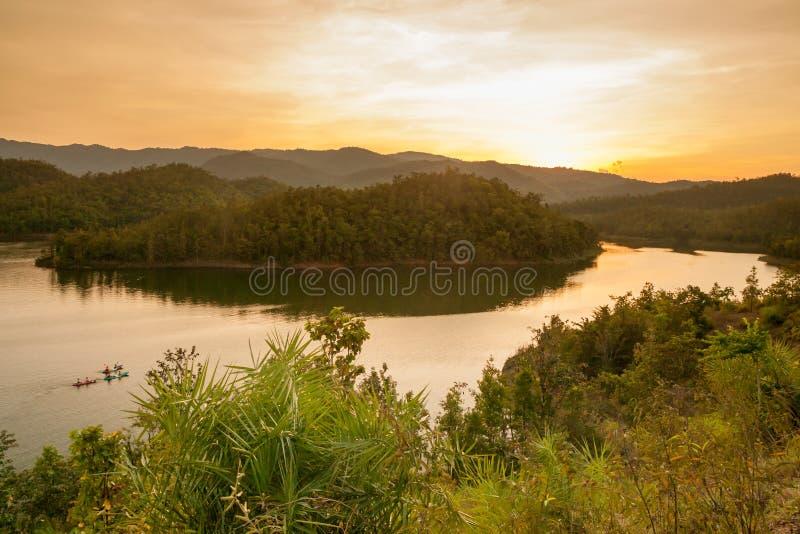 Equipaggi il kayak sul lago al tramonto, Kanchanaburi, Tailandia immagini stock