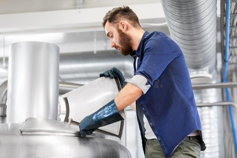 Equipaggi il lavoro nella fabbrica di birra del mestiere o nella pianta della birra fotografie stock