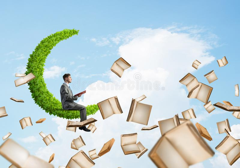 Equipaggi il libro di lettura e molti loro volo in aria fotografia stock