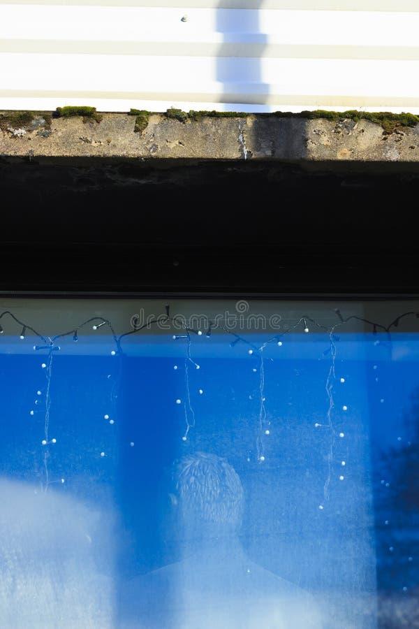 Equipaggi il manichino del ` s in una finestra blu immagini stock