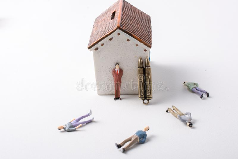 Equipaggi il modello e la pallottola della figurina come concettuale contro la guerra immagini stock libere da diritti