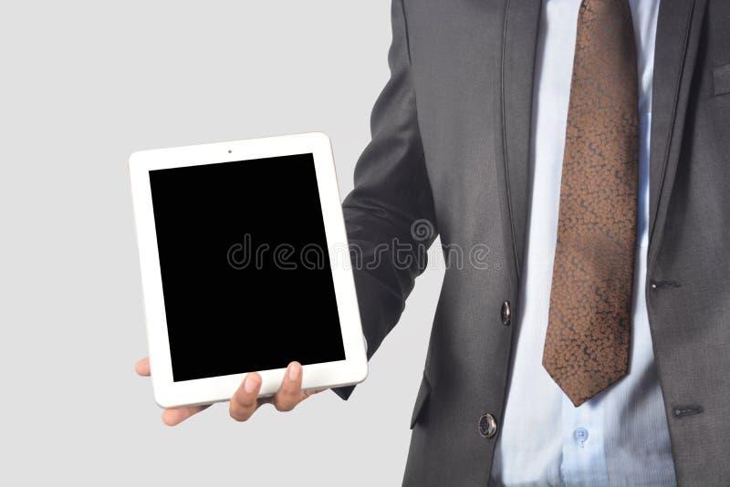 Equipaggi il pc della compressa della tenuta con lo schermo in bianco isolato su backgr bianco immagine stock