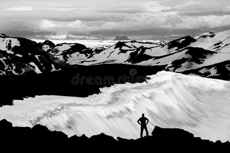 Equipaggi il raggiungimento la sommità della montagna, i ghiacciai di sorveglianza e dei campi di neve in Islanda fotografia stock libera da diritti