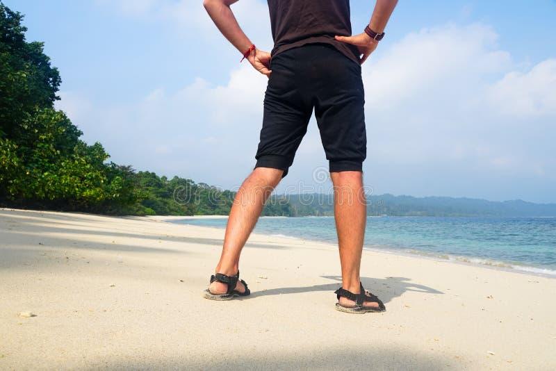 Equipaggi il rilassamento sulla spiaggia esotica nelle isole delle Seychelles immagini stock libere da diritti