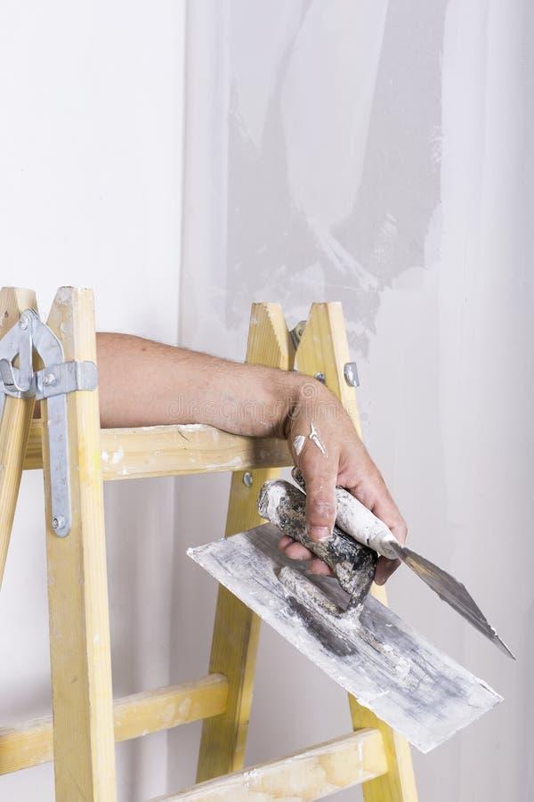 Equipaggi il riposo con gli strumenti della muratura in sua mano fotografie stock libere da diritti