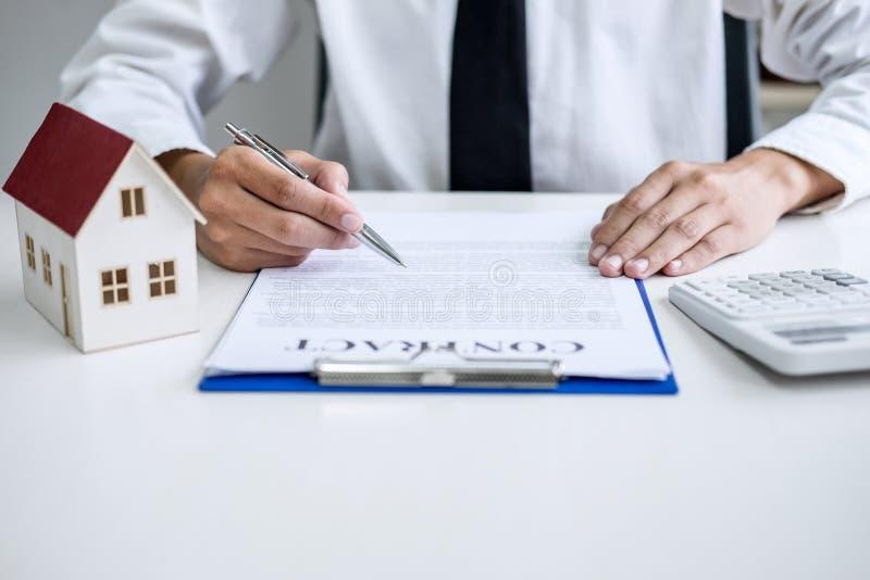 Equipaggi il segno una polizza d'assicurazione domestica sui prestiti immobiliari, assicurazione di firma del contratto dell'uomo immagine stock