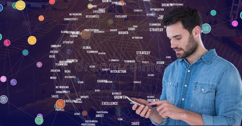Equipaggi il telefono commovente contro la città di notte con i connettori immagine stock libera da diritti