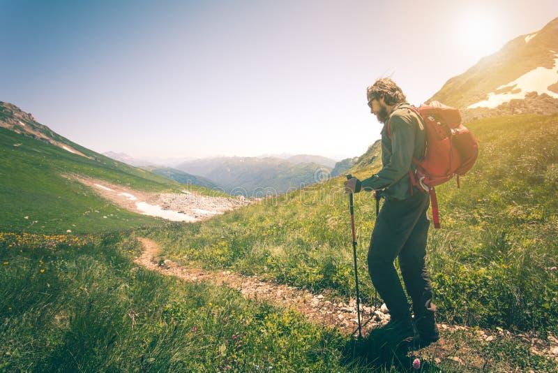 Equipaggi il viaggiatore con lo zaino che fa un'escursione lo stile di vita all'aperto di viaggio immagini stock