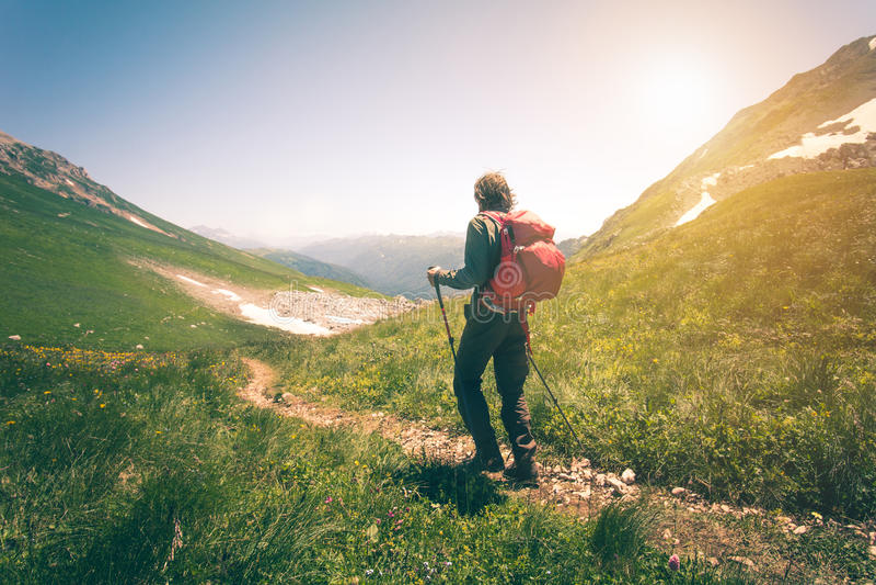 Equipaggi il viaggiatore con lo zaino che fa un'escursione lo stile di vita all'aperto di viaggio immagine stock libera da diritti