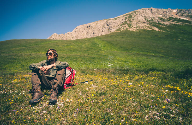 Equipaggi il viaggiatore con lo zaino che si rilassa il concetto all'aperto di stile di vita di viaggio fotografia stock