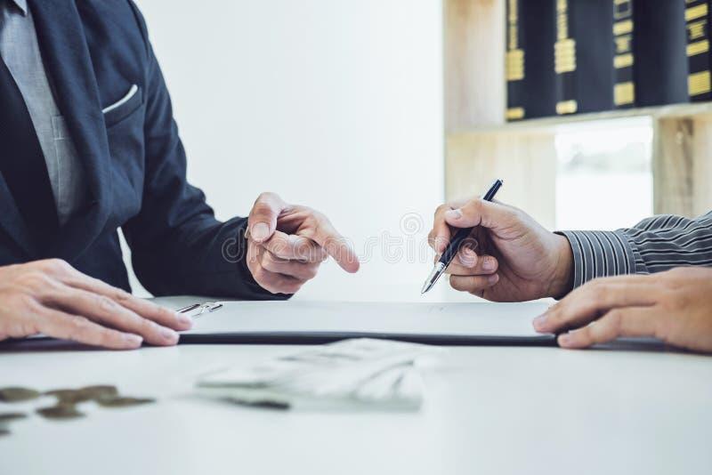Equipaggi l'accordo di contratto di firma del documento dell'automobile del cliente, riuscito fotografia stock libera da diritti