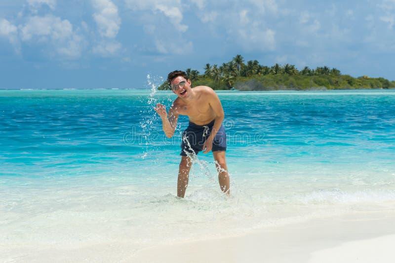 Equipaggi l'acqua della spruzzata dell'oceano ai precedenti dell'isola fotografia stock libera da diritti