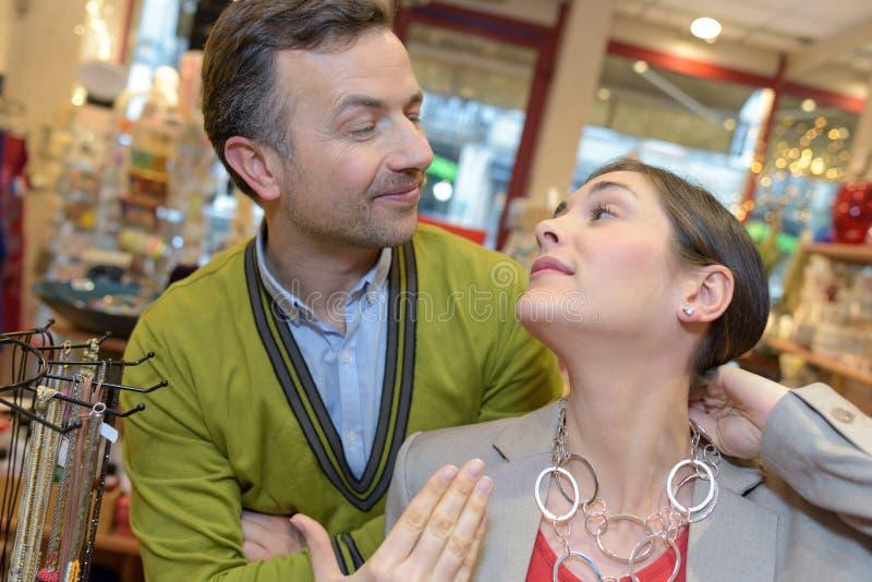 Equipaggi l'attaccattura della collana al collo delle ragazze in vendita al dettaglio fotografie stock