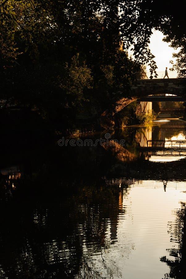 Equipaggi l'attraversamento il ponte sopra il Chesapeake e del canale dell'Ohio a Georgetown a tempo del tramonto, Washington D C immagine stock libera da diritti