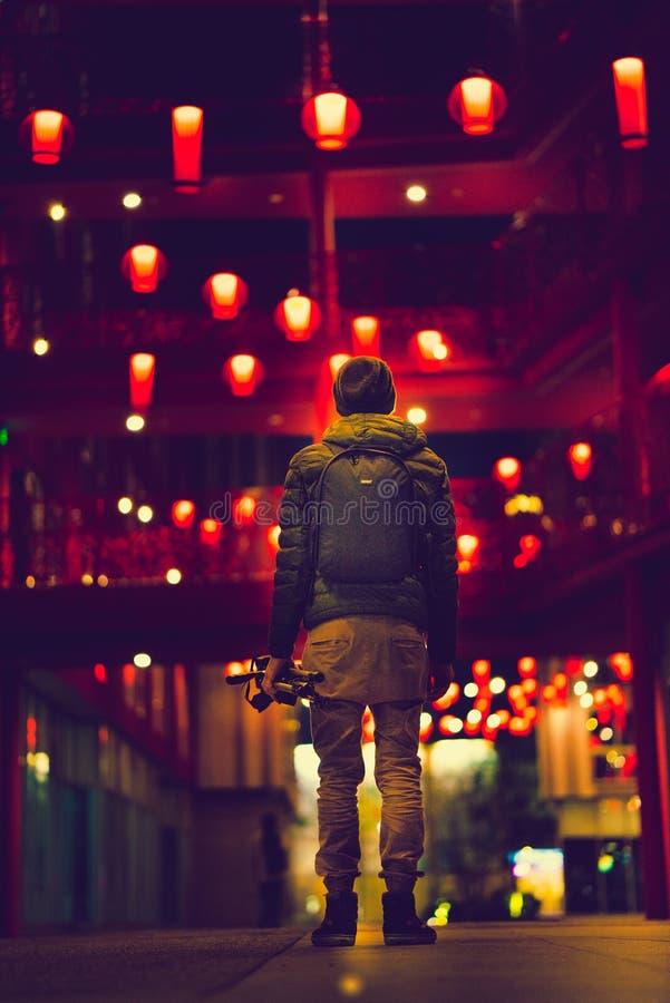 Equipaggi l'esame delle lanterne rosse delle luci intense nel vicolo a Los Angeles del centro fotografia stock