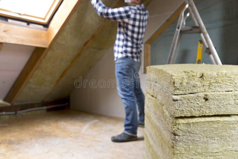 Equipaggi l'installazione dello strato termico dell'isolamento del tetto - facendo uso di minerale corteggi immagine stock