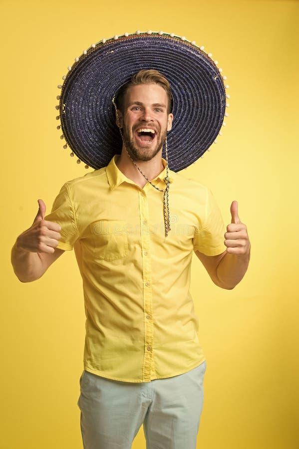 Equipaggi l'umore festivo del fronte allegro che posa nel fondo di giallo del cappello del sombrero Il tipo con la setola sembra  fotografia stock libera da diritti
