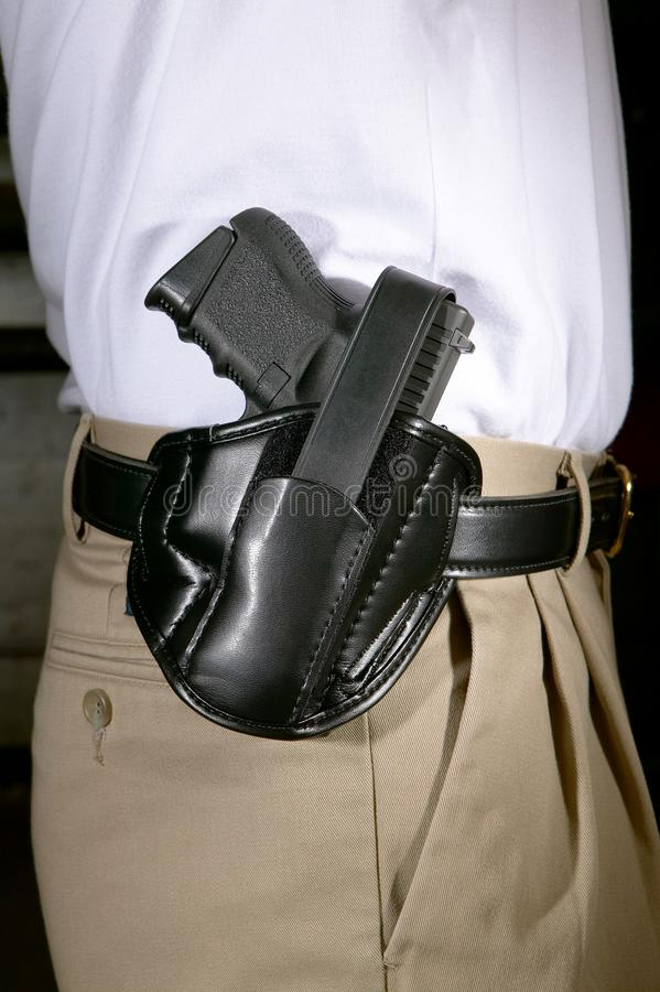 Equipaggi l'uso della rivoltella in una custodia per armi di cuoio nera immagine stock libera da diritti