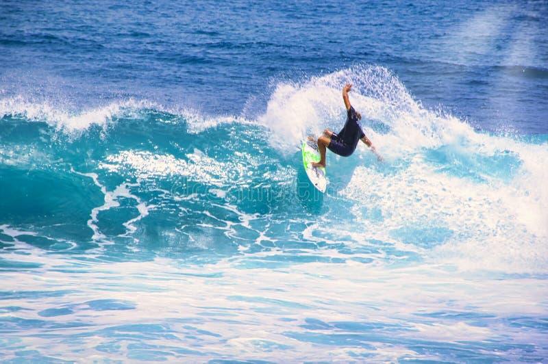 Equipaggi la cattura dell'onda di oceano vicino agli sport acquatici estremi della costa ed allo stile di vita attivo all'aperto  immagini stock