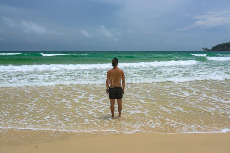 Equipaggi la condizione alla spiaggia e la sorveglianza dell'oceano immagini stock