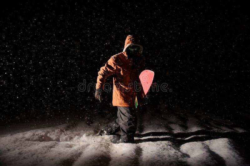 Equipaggi la condizione con lo snowboard nella località di soggiorno di montagna nel Ni fotografia stock