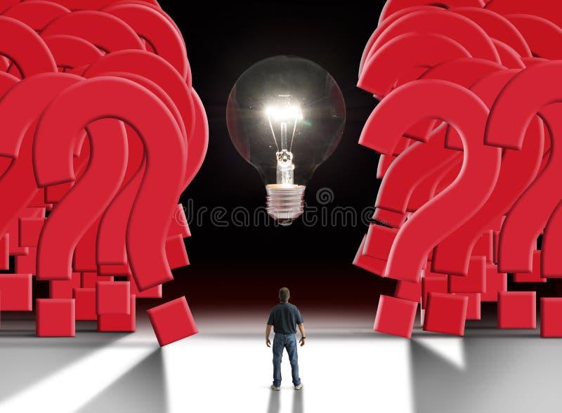 Equipaggi la condizione davanti alla lampadina d'ardore che separa una parete gigante dei punti interrogativi immagine stock