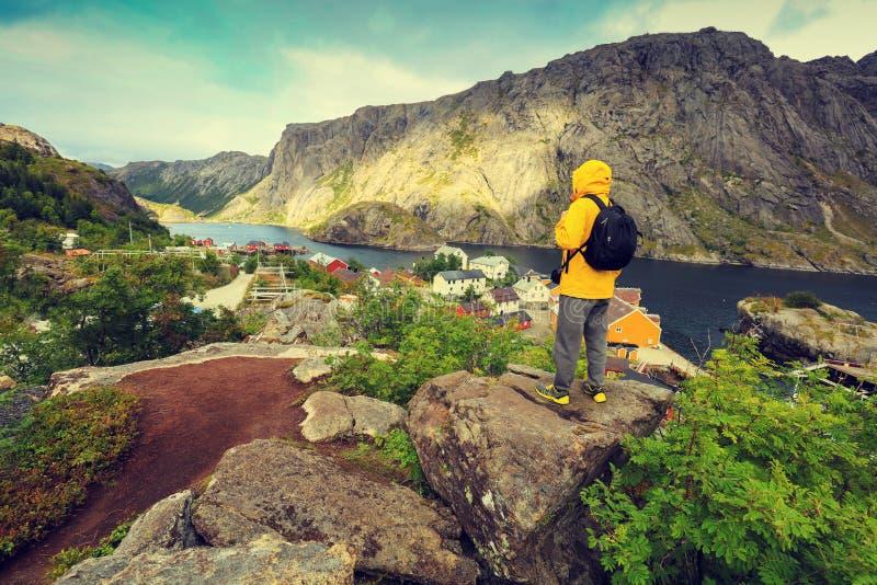 Equipaggi la condizione turistica su una scogliera di roccia immagini stock