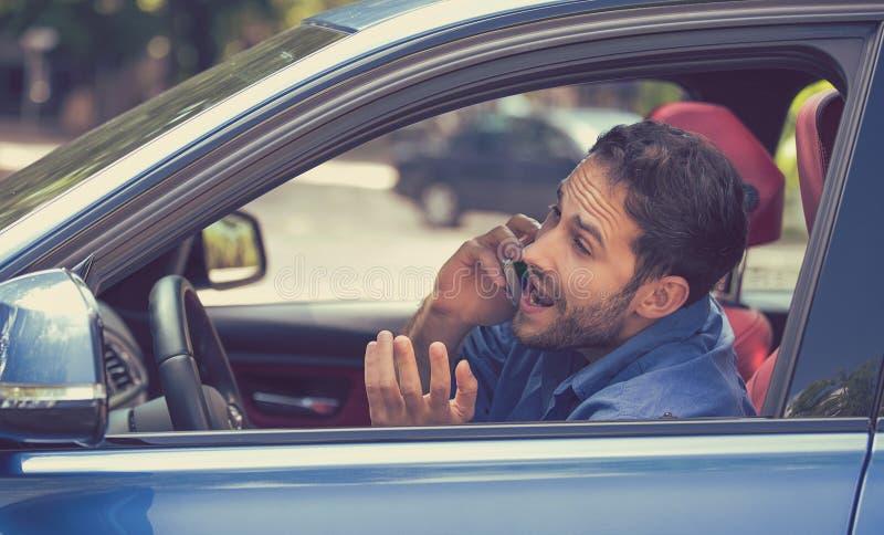Equipaggi la conversazione sul telefono cellulare mentre pericolosamente conducono l'automobile fotografie stock libere da diritti