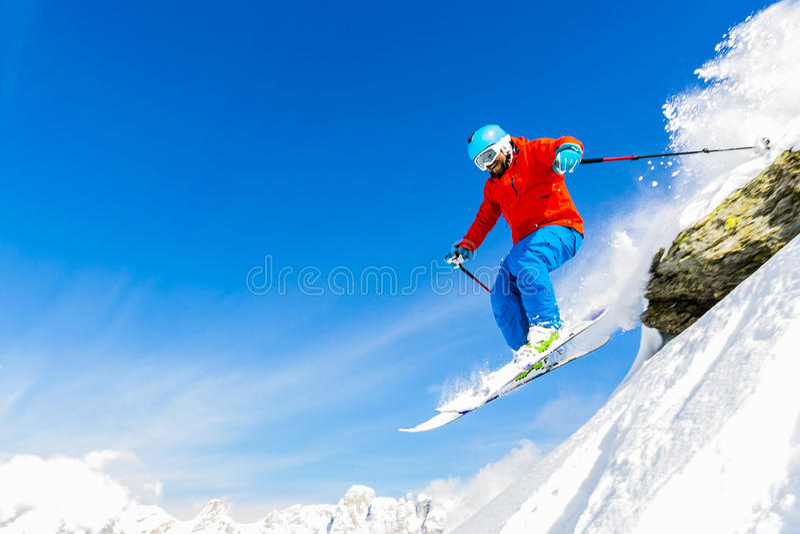 Equipaggi la corsa con gli sci nella neve fresca della polvere in italiano le alpi fotografia stock