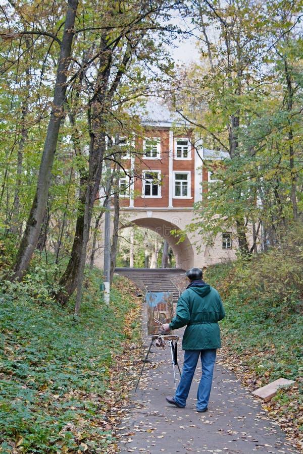 Equipaggi la costruzione della pittura con l'arco nel ` di Arcangelo del ` della museo-proprietà di autunno a Mosca fotografie stock libere da diritti