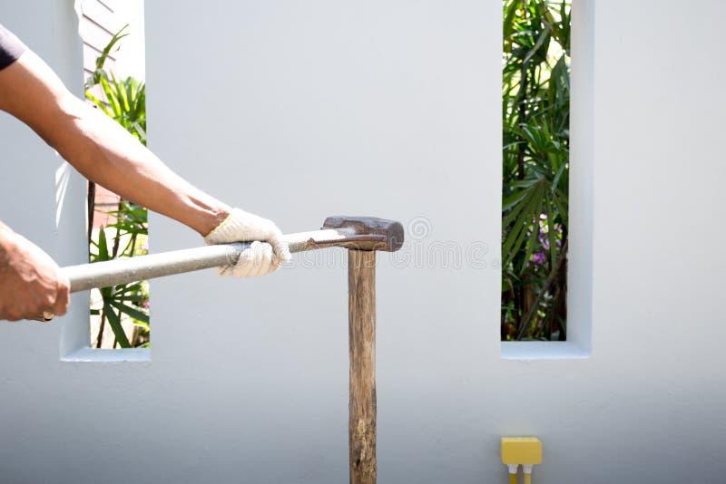 Equipaggi la fabbricazione del recinto con la mazza sul legno immagini stock
