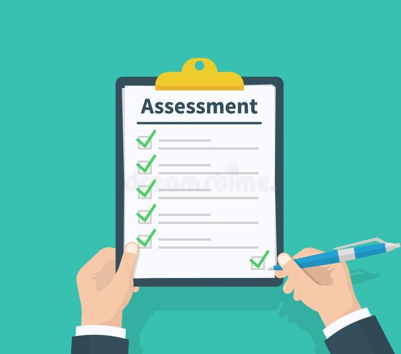 Equipaggi la lavagna per appunti della tenuta con la valutazione, i segni convenzionali verdi dei segni di spunta e la penna List immagine stock libera da diritti