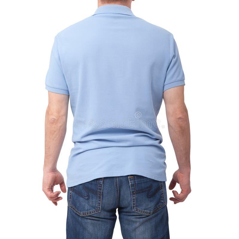 Equipaggi la maglietta blu in bianco d'uso isolata su fondo bianco con lo spazio della copia Progettazione della maglietta e conc fotografie stock