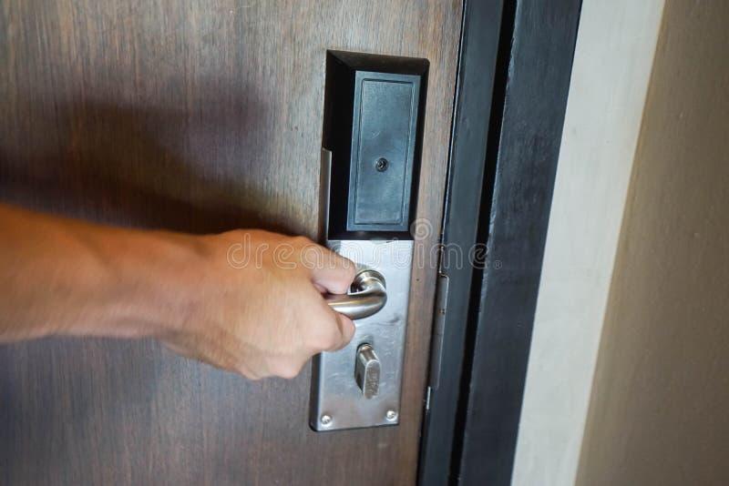 Equipaggi la maniglia della porta dell'hotel di torsione per entrano nella stanza fotografia stock libera da diritti