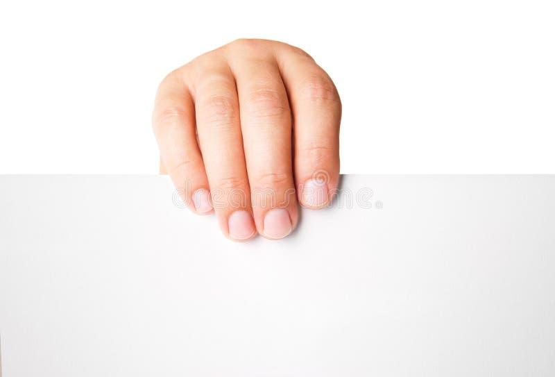 Equipaggi la mano che tiene la carta di pubblicità in bianco su bianco fotografie stock