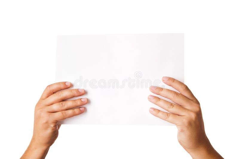 Equipaggi la mano che tiene la carta di pubblicità in bianco su bianco immagini stock libere da diritti