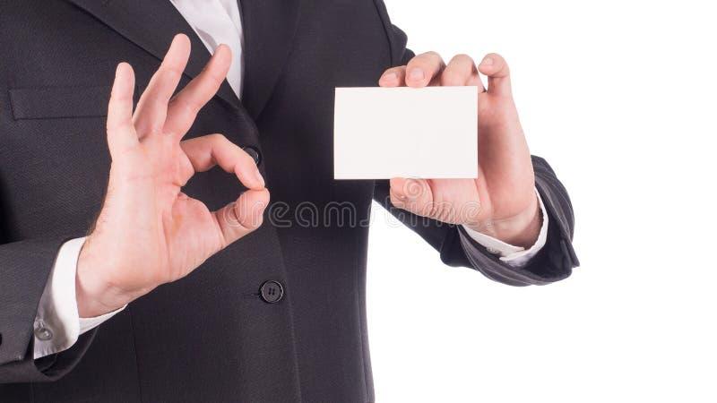Equipaggi la mano del ` s che mostra il biglietto da visita - primo piano sparato su fondo bianco immagine stock libera da diritti