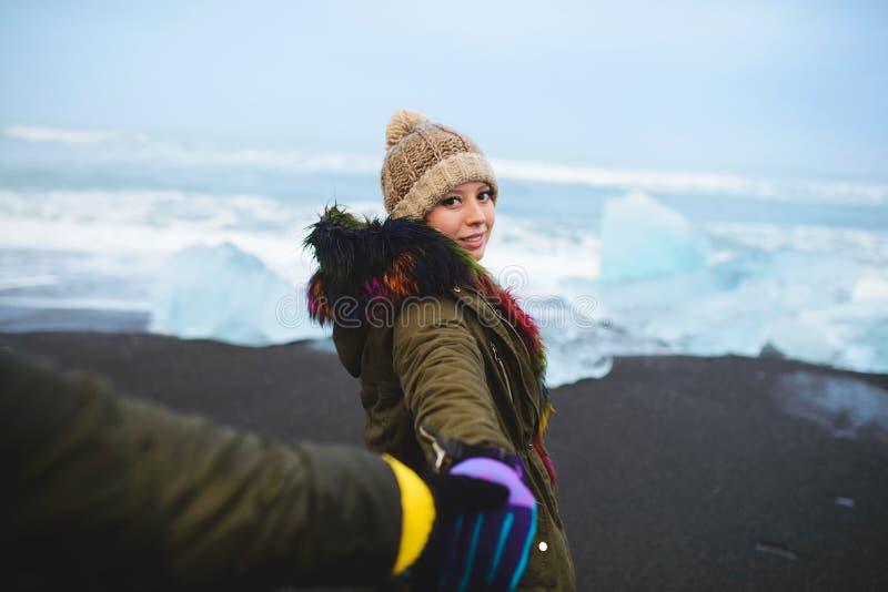 Equipaggi la mano del ` s della donna della tenuta alla spiaggia dell'Islanda fotografia stock libera da diritti