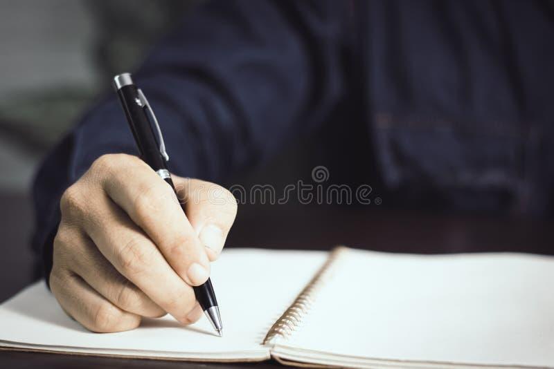Equipaggi la memoria di scrittura sul taccuino e copi lo spazio per testo fotografie stock
