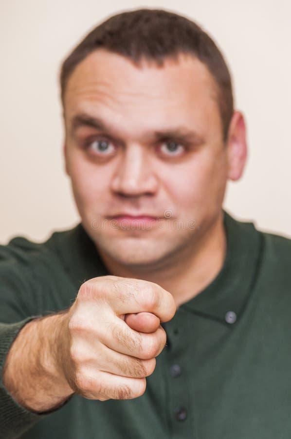 Equipaggi la mostra del segno della mano, il gesto osceno, pollice fotografia stock libera da diritti