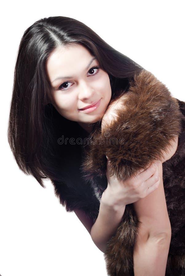 Equipaggi la pelliccia fatta & la bella giovane donna isolate fotografia stock