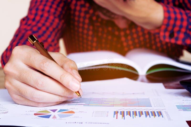 Equipaggi la penna di tenuta e solleciti nel problema con le spese immagini stock