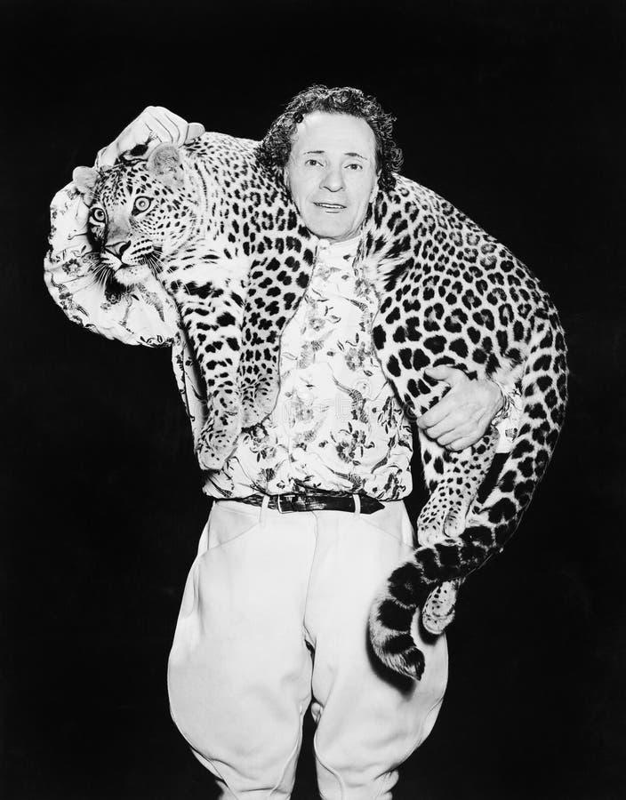 Equipaggi la posa con un leopardo intorno al suo collo (tutte le persone rappresentate non sono vivente più lungo e nessuna propr immagine stock libera da diritti