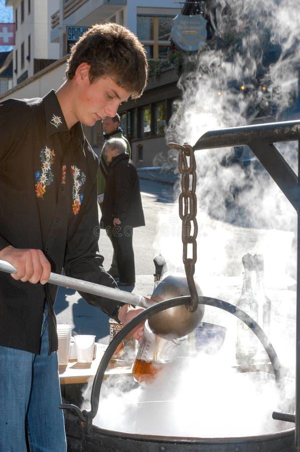 Equipaggi la preparazione della bevanda tradizionale con caffè e liquore fotografie stock