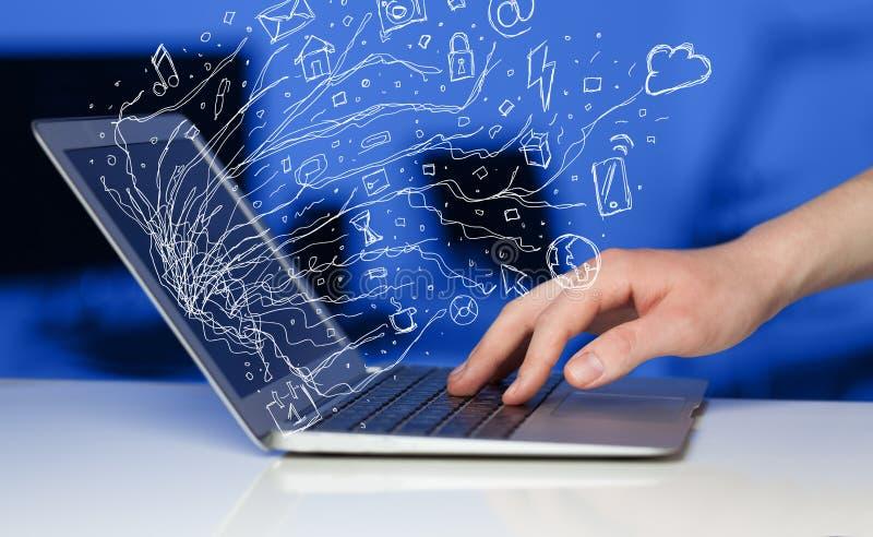Equipaggi la pressatura del computer portatile del taccuino con lo sym della nuvola dell'icona di scarabocchio immagine stock libera da diritti