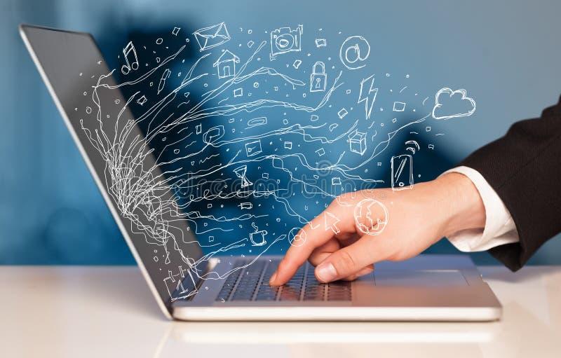 Equipaggi la pressatura del computer portatile del taccuino con lo sym della nuvola dell'icona di scarabocchio fotografia stock libera da diritti