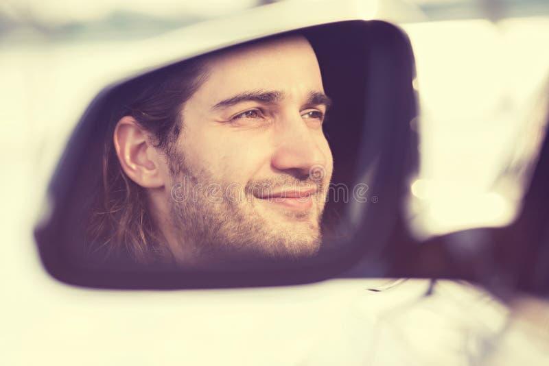 Equipaggi la riflessione dell'autista in specchio di vista laterale dell'automobile fotografie stock libere da diritti