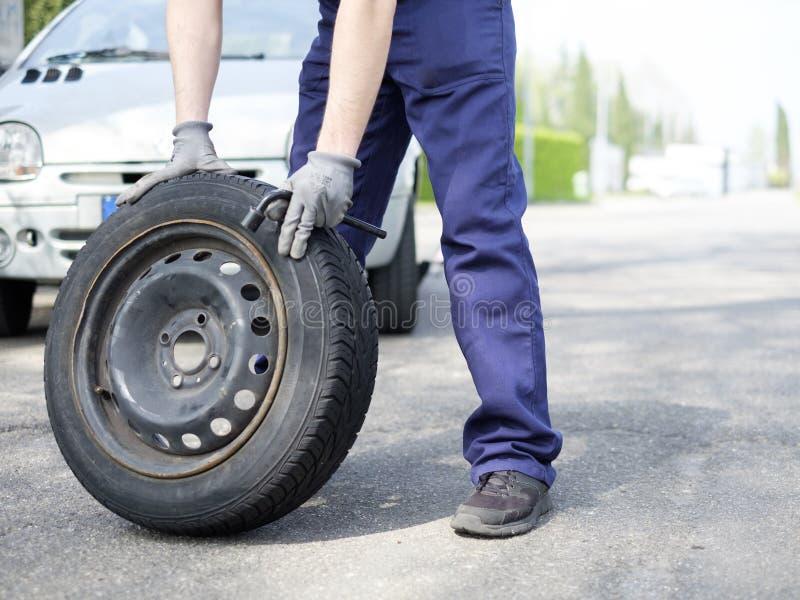 Equipaggi la riparazione del problema dell'automobile dopo la ripartizione del veicolo fotografia stock libera da diritti