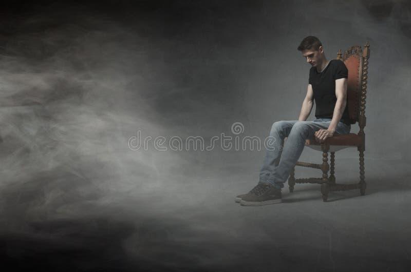 Download Equipaggi La Seduta E Pensi Su Una Sedia Immagine Stock - Immagine di previsioni, tipo: 56879419